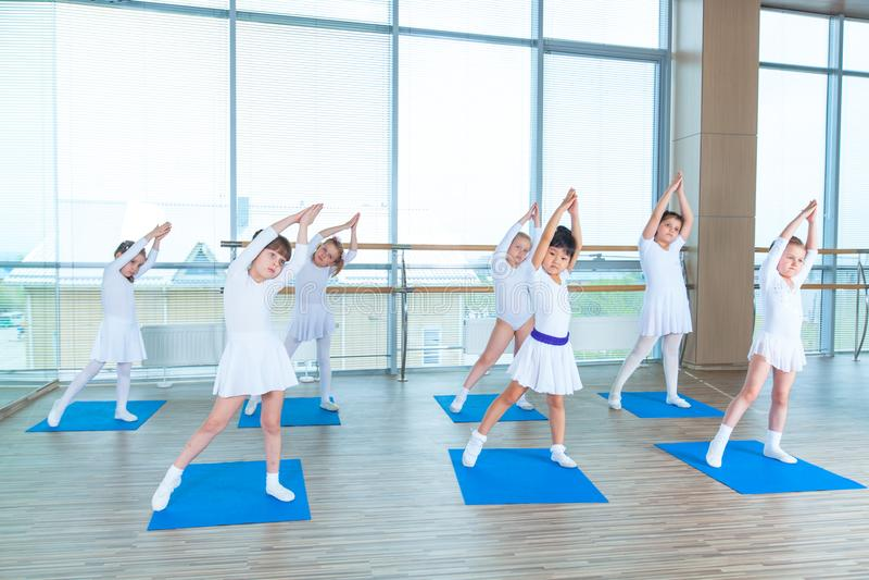 Meisjes die gymnastiek- oefeningen doen of in geschiktheidsklasse uitoefenen royalty-vrije stock foto