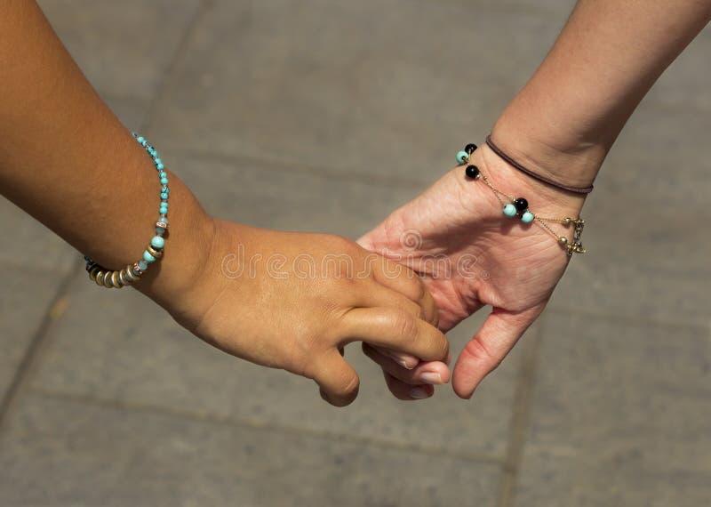 Meisjes die handen houden royalty-vrije stock afbeelding