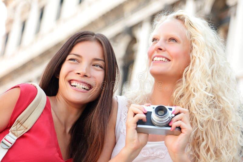 Meisjes die hebbend pret met camera lachen royalty-vrije stock afbeeldingen