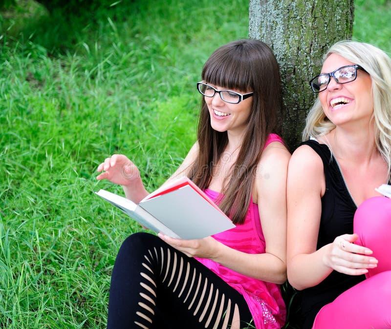 Meisjes die het boek lezen stock fotografie