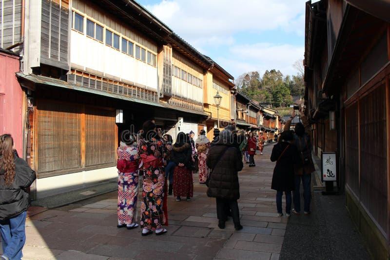 Meisjes die kimono dragen die bij Higashi-Chaya, als Geishadistrict wordt bekend royalty-vrije stock afbeelding