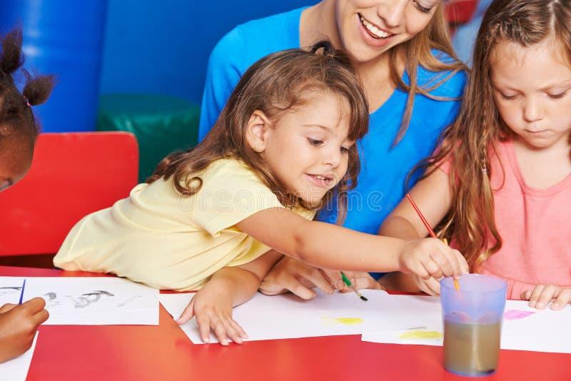Meisjes die in kunstklasse schilderen in basisschool royalty-vrije stock foto's