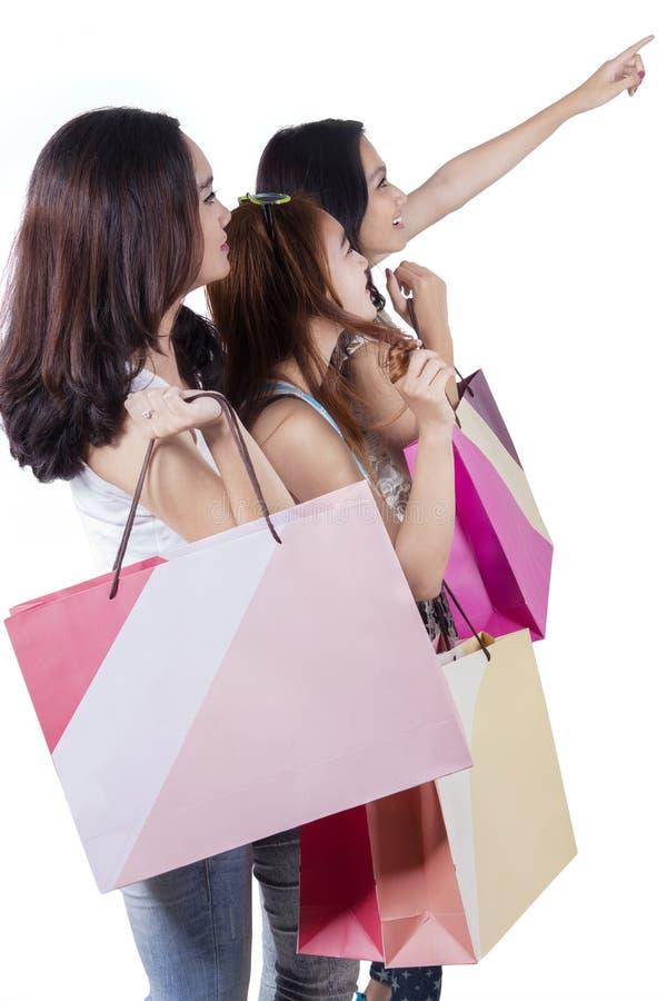 Meisjes die met het winkelen zakken op copyspace richten stock fotografie