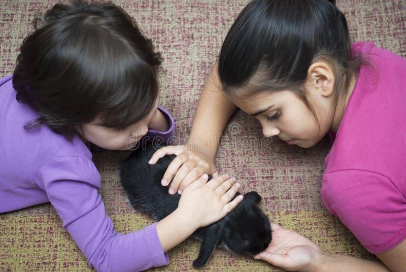 Meisjes die met konijn spelen royalty-vrije stock fotografie