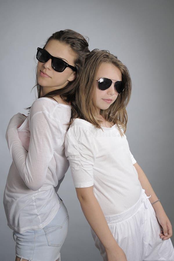 Meisjes die met zonnebril stellen royalty-vrije stock fotografie