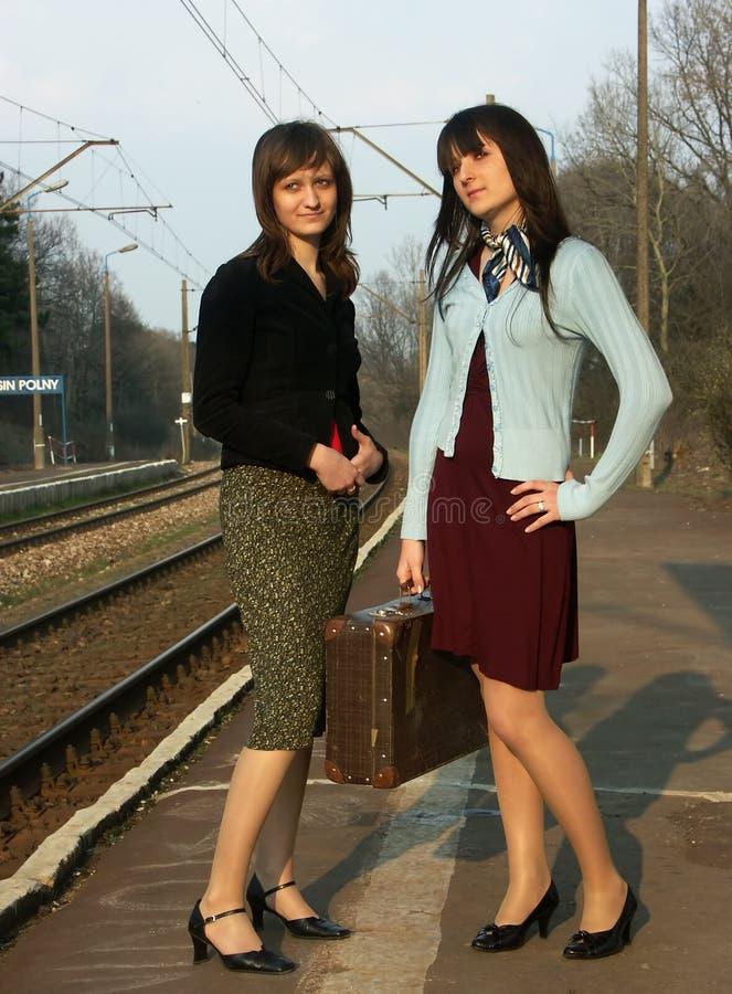 Meisjes die op de trein wachten royalty-vrije stock foto
