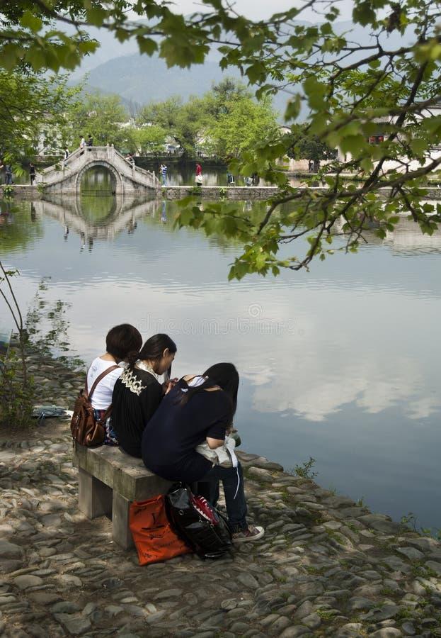 Meisjes die op een bank in Hongcun zitten (China) royalty-vrije stock foto