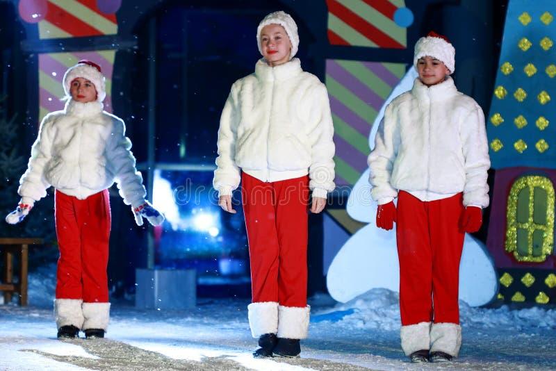 Meisjes die op een vrij stadium (toon aan Nieuwjaar) dansen stock foto's