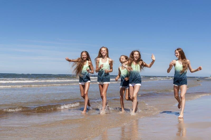 Meisjes die op het strand lopen royalty-vrije stock fotografie