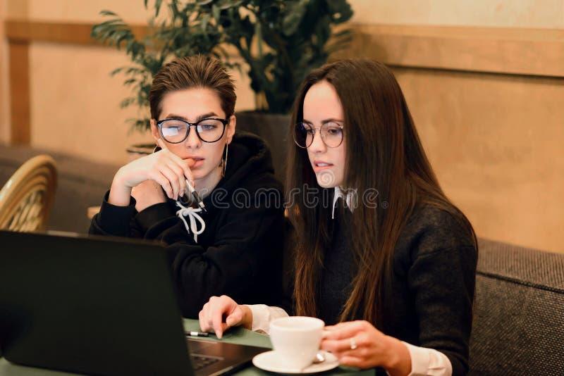 Meisjes die op iets in Laptop letten royalty-vrije stock foto