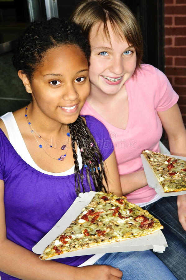 Meisjes die pizza eten royalty-vrije stock foto's