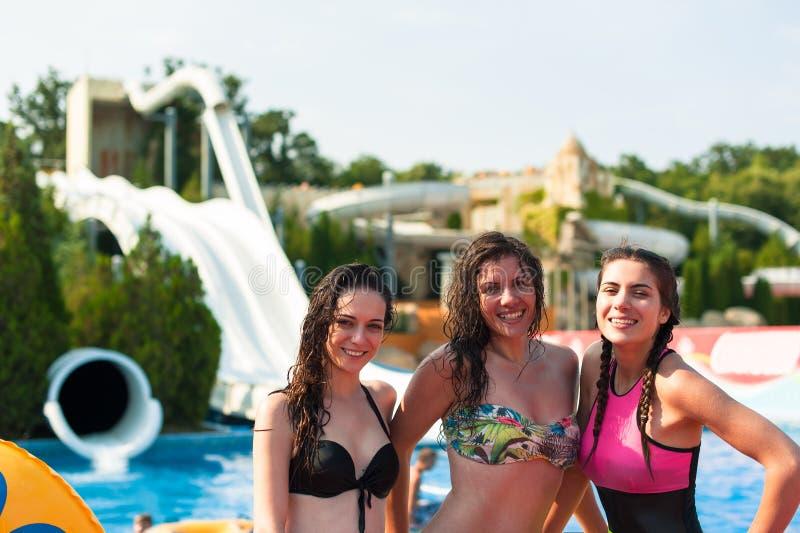 Meisjes die pret hebben bij het park van het pretwater, op een de zomer hete dag royalty-vrije stock afbeelding