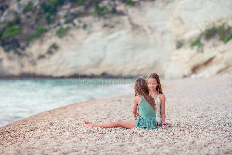 Meisjes die pret hebben bij tropisch strand tijdens de zomervakantie royalty-vrije stock foto's