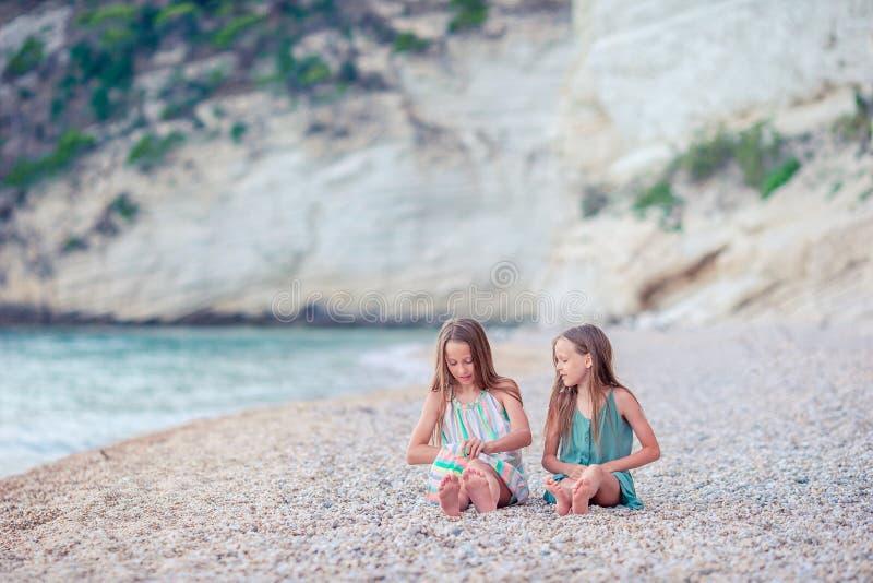 Meisjes die pret hebben bij tropisch strand tijdens de zomervakantie royalty-vrije stock foto
