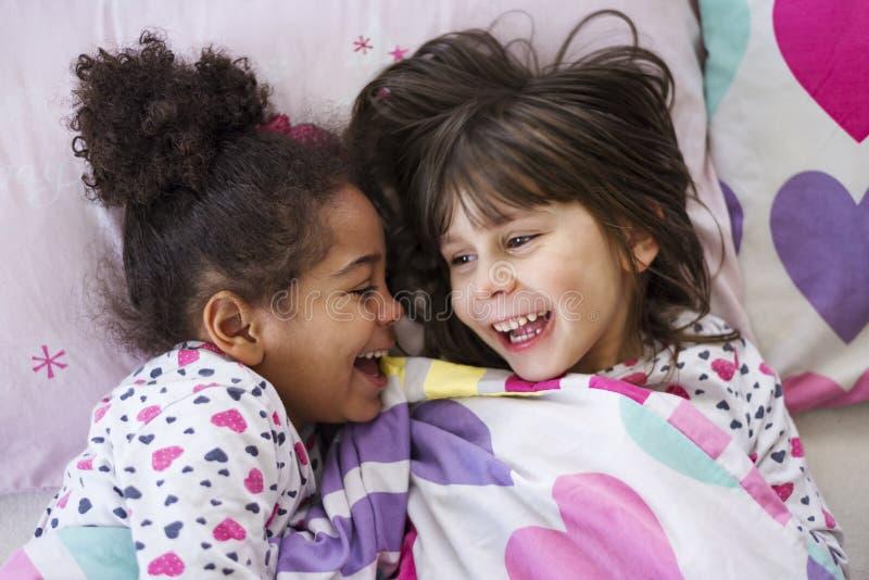 Twee Meisjes Waren Beledigd, Draaiden Hun Ruggen Aan