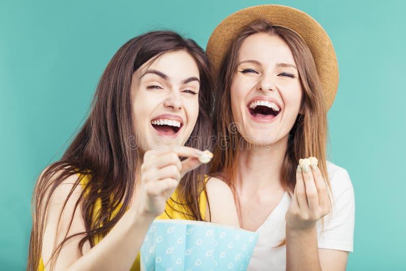 Meisjes die Pret met Popcorn hebben stock afbeeldingen
