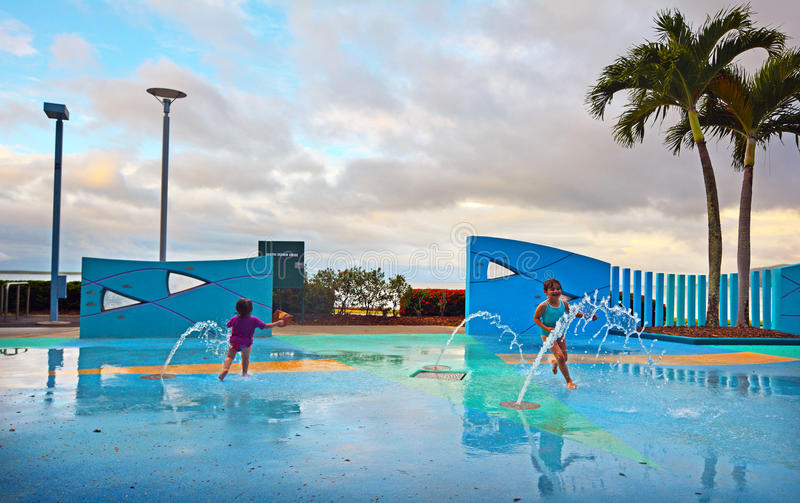 Meisjes die pret in openbaar het waterpark van de Steenhopenpromenade binnen hebben royalty-vrije stock afbeelding