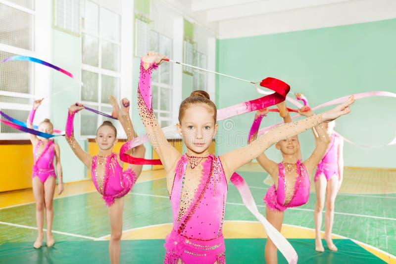 Meisjes die ritmische gymnastiek met kunstlint doen royalty-vrije stock afbeelding