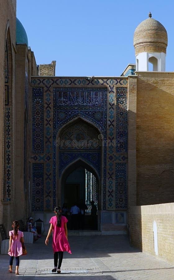 Meisjes die Samarkand's sjah-e-Zinda bezoeken royalty-vrije stock foto's