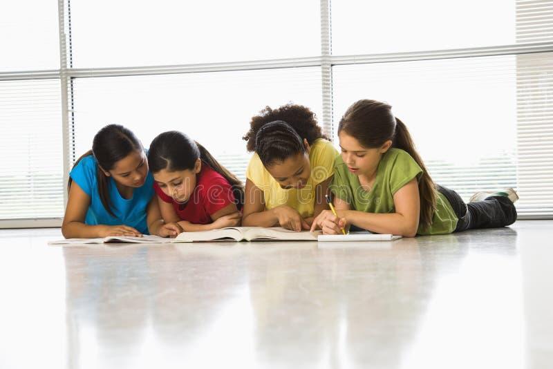 Meisjes die schoolwork doen.