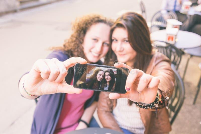 Meisjes die Selfie nemen royalty-vrije stock afbeelding