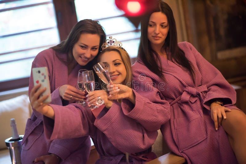 Download Meisjes Die Selfy Op Vrijgezellinpartij Doen Stock Afbeelding    Afbeelding: 88715611