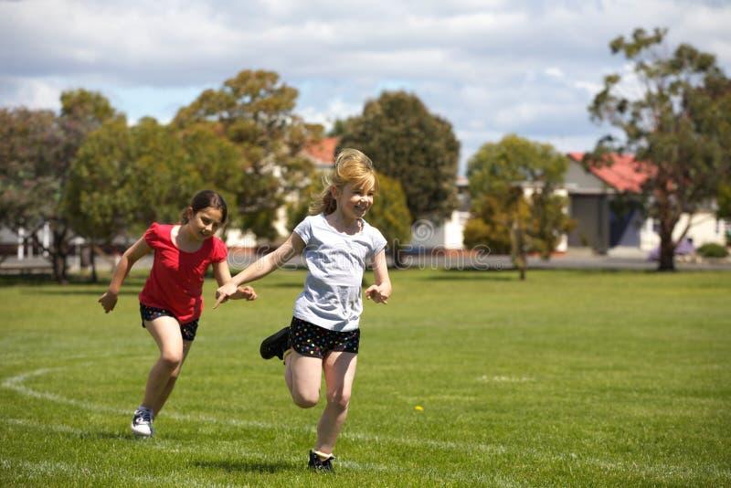 Meisjes die in sportenras lopen royalty-vrije stock afbeeldingen