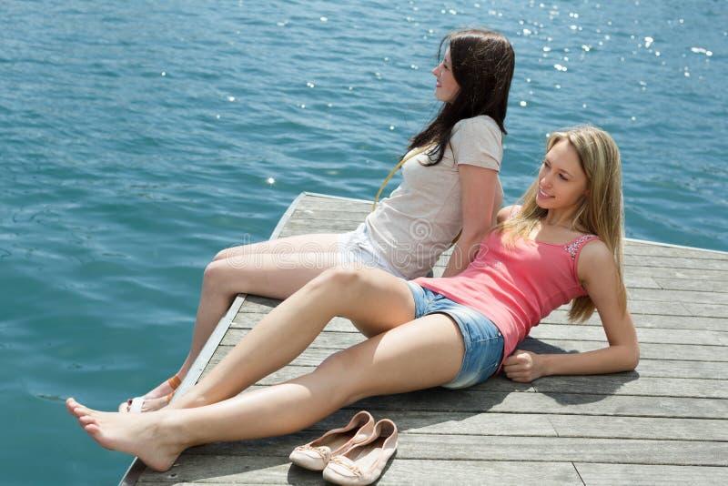Meisjes die sunbaths nemen stock foto's