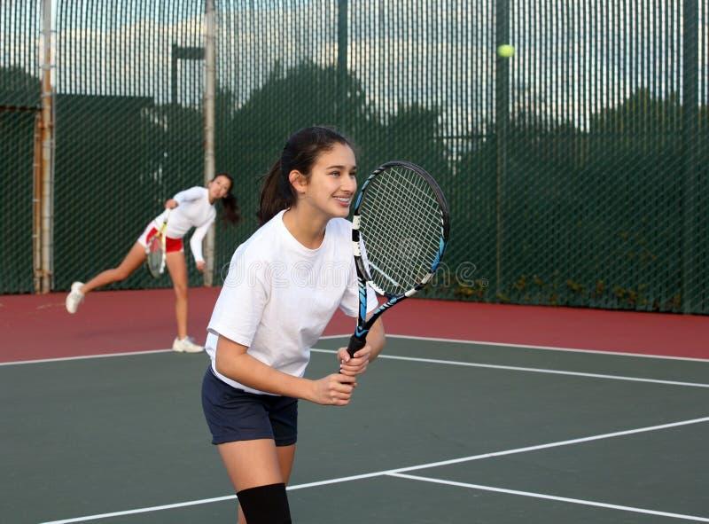 Meisjes die tennis spelen royalty-vrije stock afbeelding