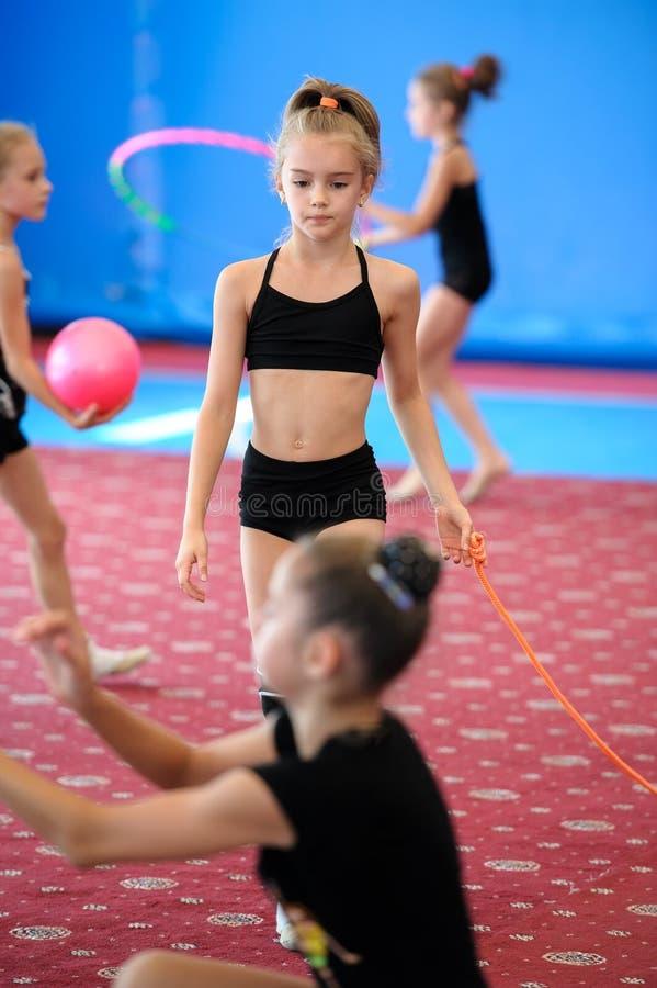 Meisjes die tijdens gymnastiekklasse uitoefenen stock foto's