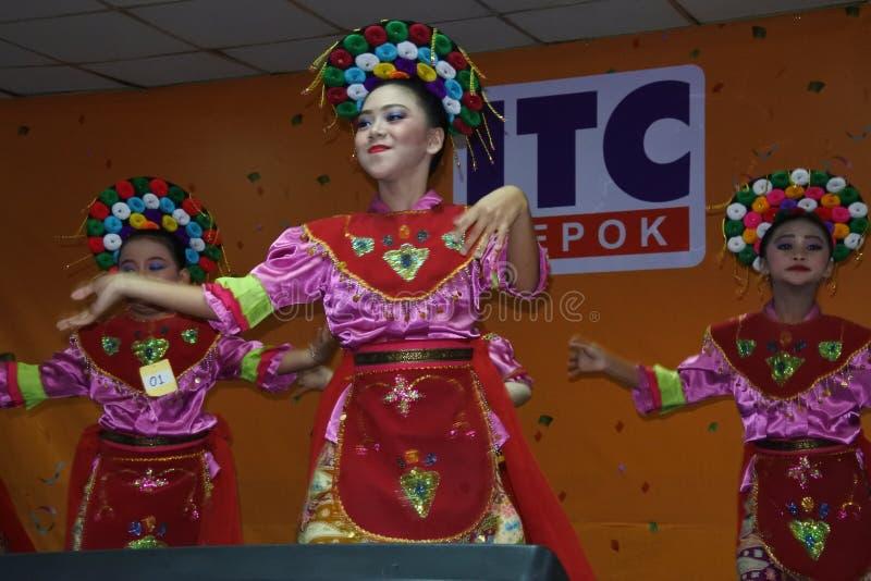Meisjes die traditionele Indonesische dans uitvoeren stock afbeeldingen