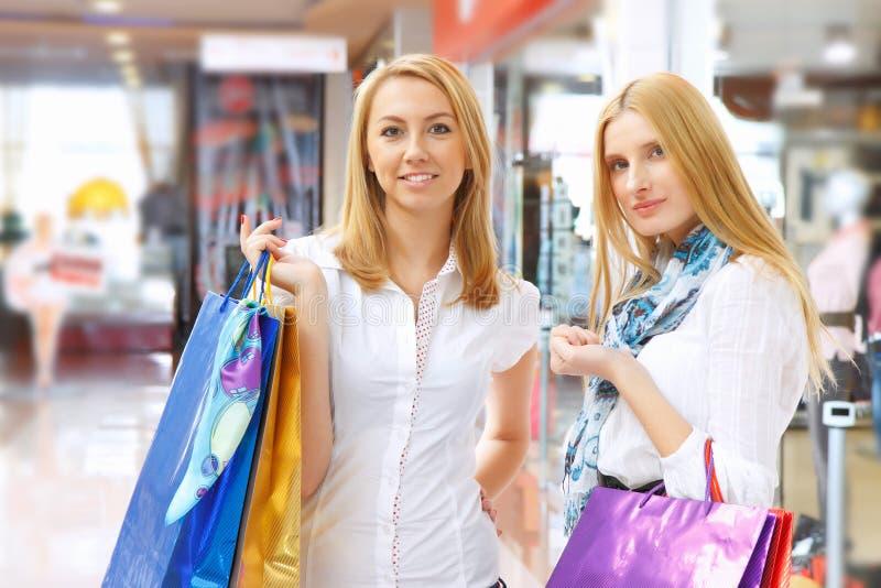 meisjes die uit winkelen. stock afbeeldingen