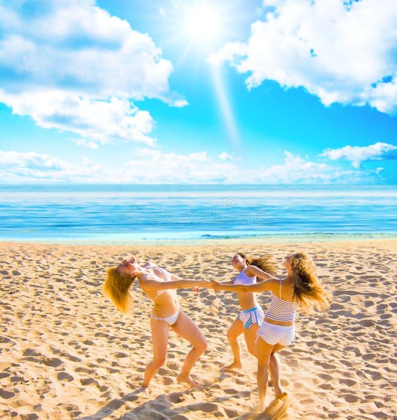 Meisjes die van de zomer genieten stock afbeelding