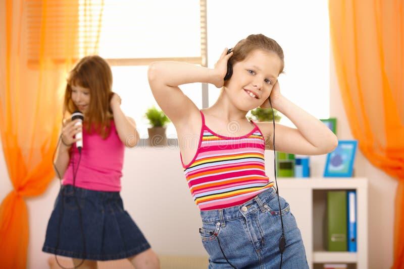 Meisjes die van muziek genieten royalty-vrije stock afbeeldingen
