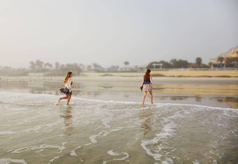 Meisjes die van tijd op het strand genieten royalty-vrije stock foto's