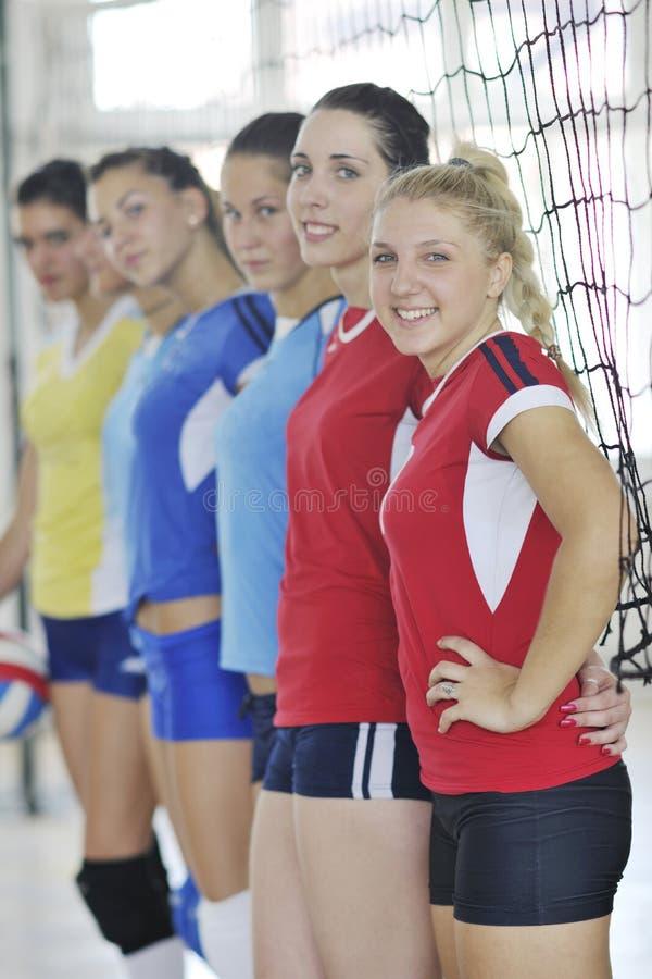 Meisjes die volleyball binnenspel spelen stock afbeelding
