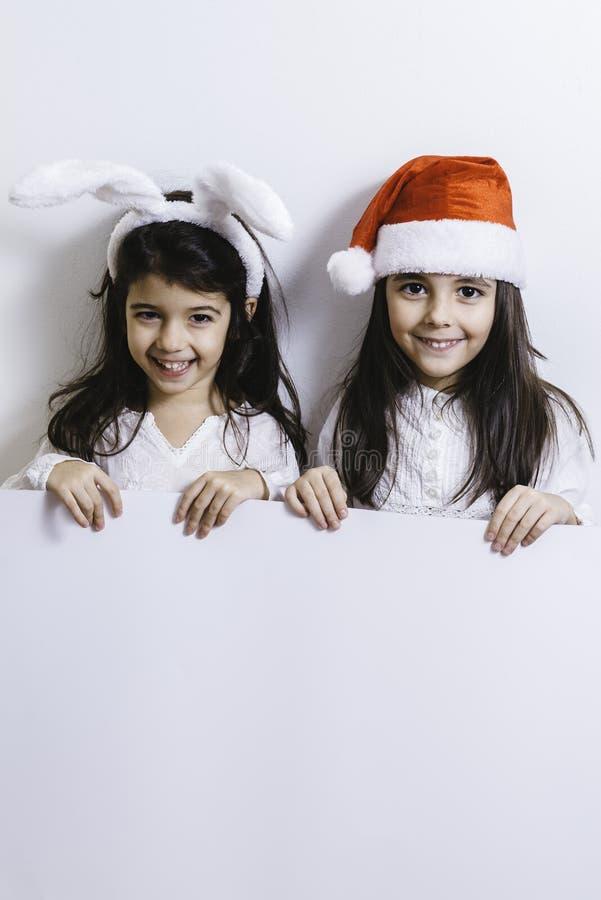 Meisjes die voor Kerstmis en Nieuwjaarvakantie stellen stock foto