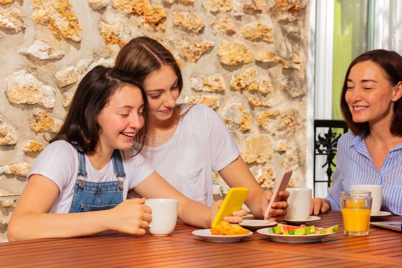 Meisjes die voor selfie tijdens familieontbijt stellen stock fotografie