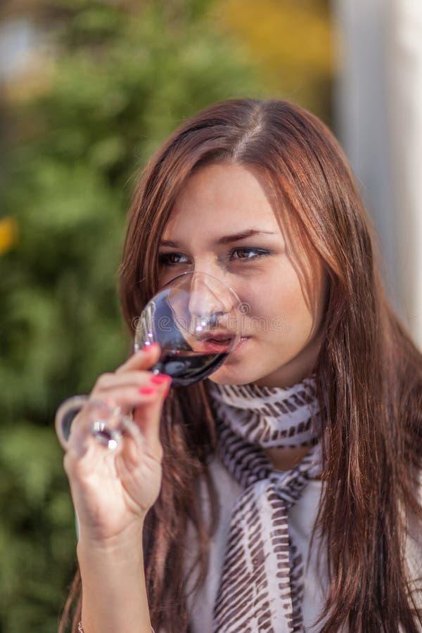 Meisjes dirnk wijn royalty-vrije stock fotografie