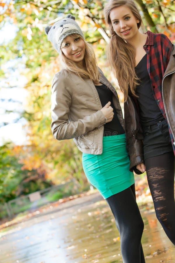 Meisjes in een geregend bos royalty-vrije stock afbeelding