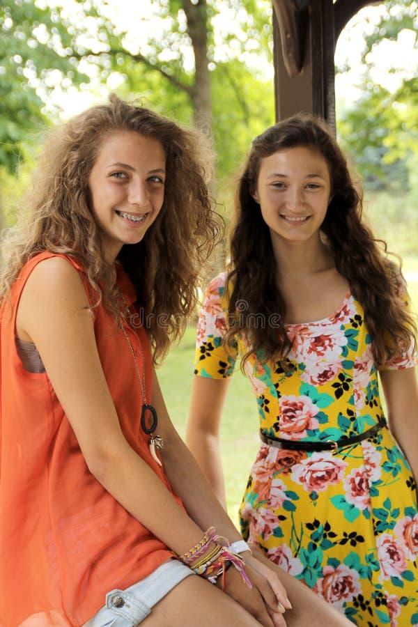 Meisjes in een park stock afbeeldingen