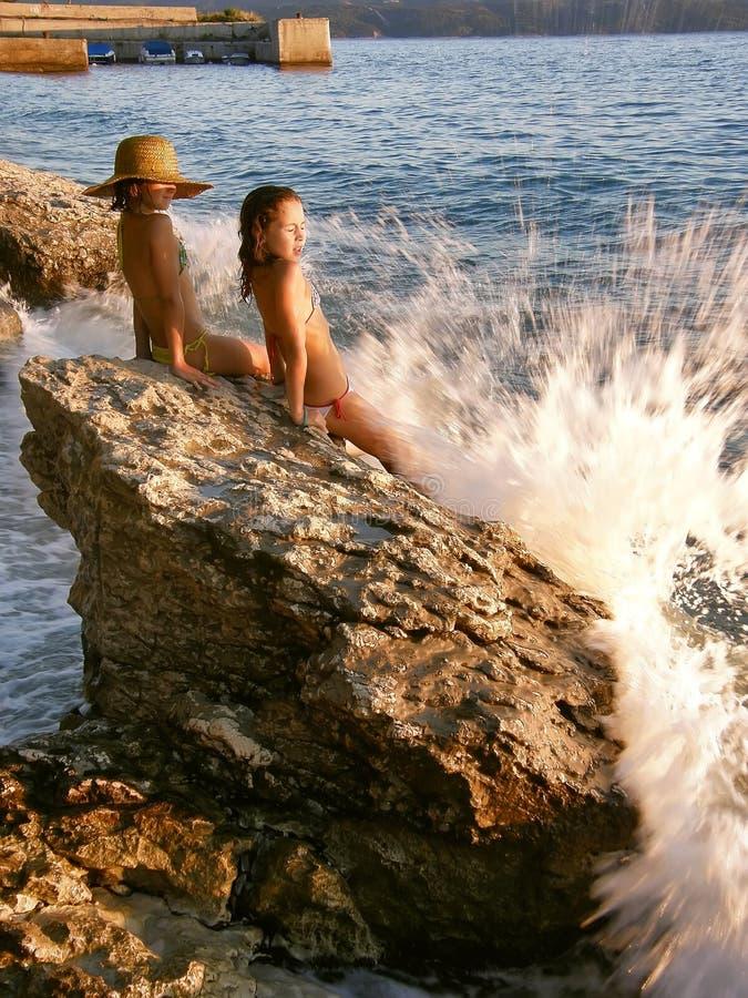 Meisjes en gebroken golven royalty-vrije stock foto