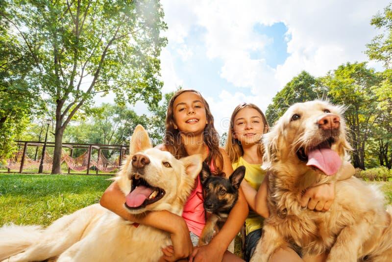 Meisjes en honden stock foto's