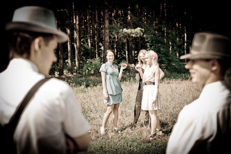 Meisjes en jongens bij de partij stock afbeeldingen