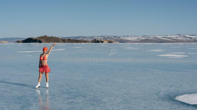 Meisjes extreme sporten in een zwempak bij ijs het schaatsen stock afbeeldingen