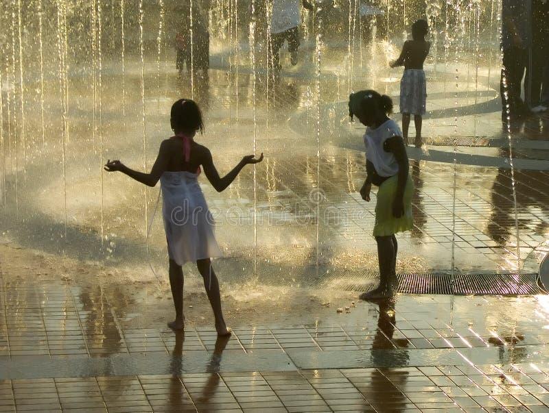 Meisjes in fontein royalty-vrije stock foto