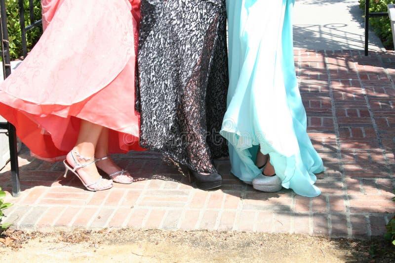 Meisjes in formele kledingen met schoenen stock foto