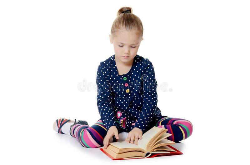 Meisjes gelezen die boek op wit wordt geïsoleerd royalty-vrije stock afbeeldingen