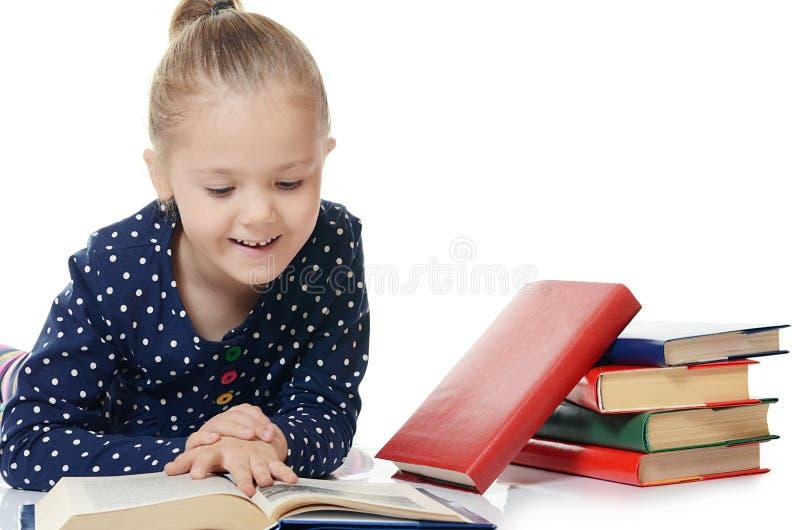 Meisjes gelezen die boek op wit wordt geïsoleerd stock afbeelding