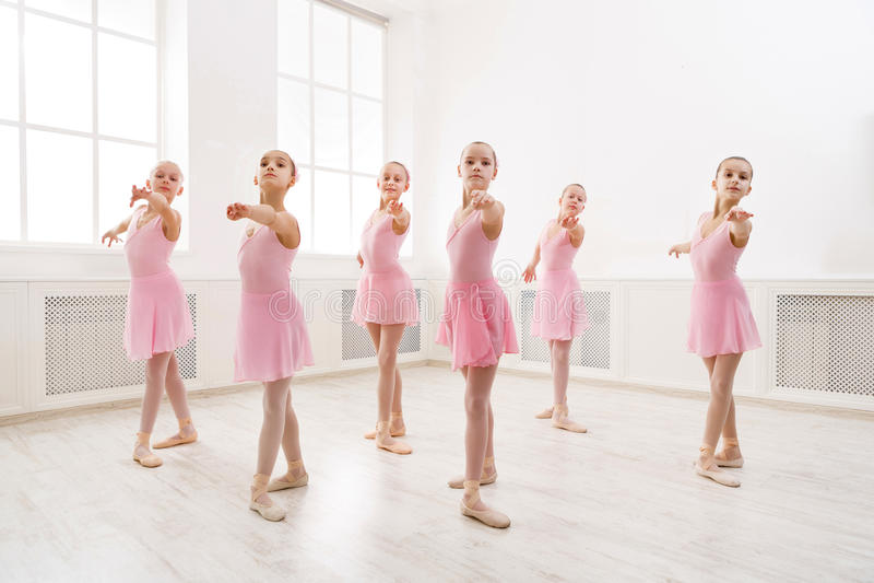 Meisjes het dansen ballet in studio royalty-vrije stock foto's
